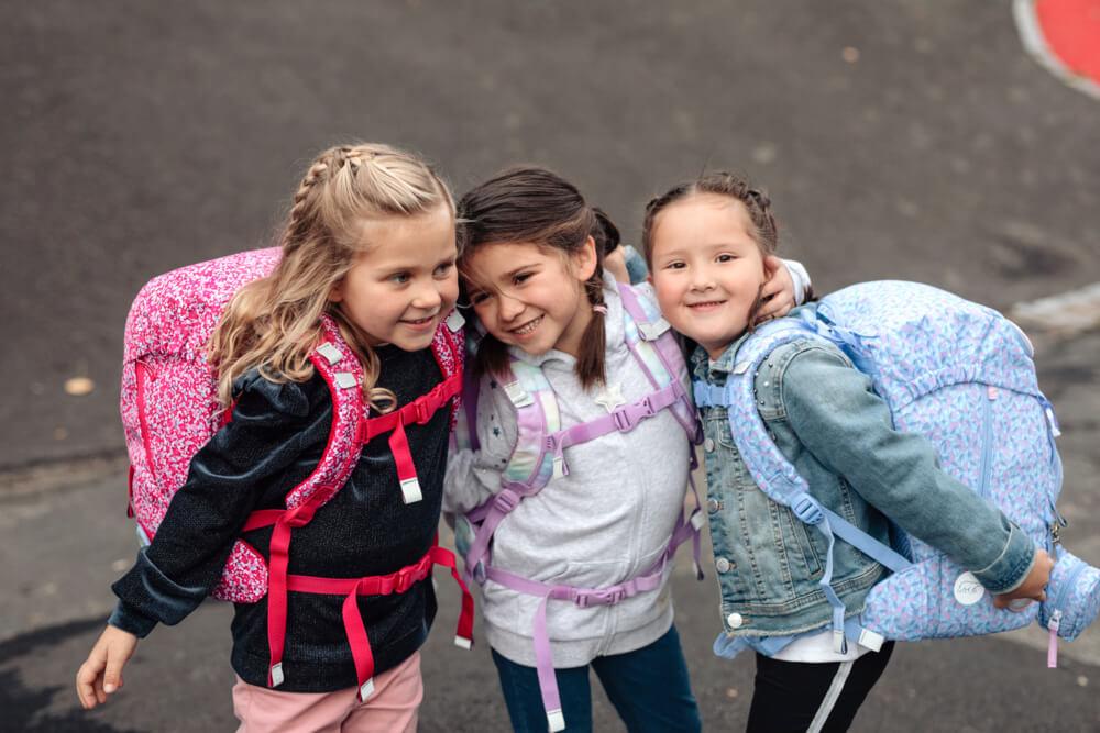 Drei Mädchen auf dem Schulhof Beckmann Schulranzen Modell 2020 Forest Friends von vorne