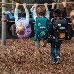 Kinder auf Spielplatz mit Beckmann Schulranzen Modell 2020 Roboman