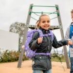 Mädchen mit Junge trägt Beckmann Schulranzen Modell 2020 Dream von vorne