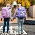 Zwei Mädchen überqueren die Straße mit Beckmann Schulranzen Modell 2020 Magic Alva
