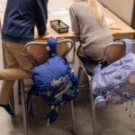Junge und Mädchen in der Schule mit Beckmann Schulranzen Modell 2020 Armour Rex von hinten