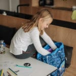Mädchen bei Hausaufgabe mit Beckmann Schulranzen Modell 2020 Diamond Hunter