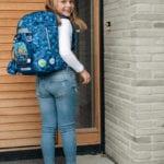 Mädchen an Haustüre mit Beckmann Schulranzen Modell 2020 Diamond Hunter