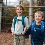 Zwei Jungen auf Spielplatz mit Beckmann Schulranzen Modell 2020 Armour Rex von vorne
