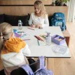 Zwei Mädchen bei Hausaufgabe mit Beckmann Schulranzen Modell 2020 Diamond Hunter