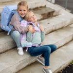 Zwei Mädchen auf Steintreppe mit Beckmann Schulranzen Modell 2020 Ballerina