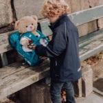 Junge spielt an Parkbank mit Bären und Beckmann Kindergarten Rucksack Modell 2020 Forest