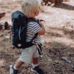 Junge läuft im Wald mit Beckmann Kindergarten Rucksack Modell 2020 fire truck