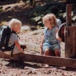 Junge und Mädchen spielen im Sandkasten mit Beckmann Kindergarten Rucksack Modell 2020 fire truck