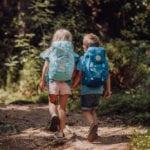 Zwei Kinder laufen im Wald auf Seilen mit Beckmann Kindergarten Rucksack Modell 2020 Unicorn von hinten