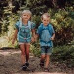 Zwei Kinder laufen im Wald auf Seilen mit Beckmann Kindergarten Rucksack Modell 2020 Unicorn von vorne