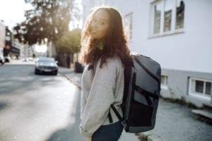 Beckmann Rucksack Street FLX Offwhite Mädchen getragen hinten 33 Liter Modell-2021 Set bei offiziellem Onlineshop norway-schulranzenshop.de