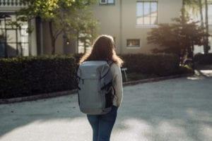 Beckmann Rucksack Street FLX Offwhite von Mädchen getragen hinten 33 Liter Modell-2021 Set bei offiziellem Onlineshop norway-schulranzenshop.de