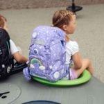 Mädchen sitzt und trägt Beckmann classic Dream Modell 2021