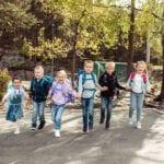 Gruppe von Kindern rennt auf die Kamera zu alle tragen Schulranzen von Beckmann