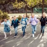 Kinder laufen auf Kamera zu alle tragen Beckmann classic vorne