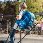Junge hält sich an seilen fest und trägt Beckmann classic Galaxy seite