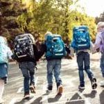 Kinder laufen von Kamera weg alle tragen Beckmann classic hinten