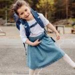 Mädchen tanzt und trägt Beckmann classic Forest Deer blue hinten