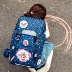Mädchen malt auf den Boden und trägt Beckmann classic Forest Deer blue