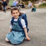Mädchen sitz auf dem Boden und trägt Beckmann classic Forest Deer blue vorne