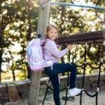 Mädchen klettert und trägt Beckmann Unicorn active air