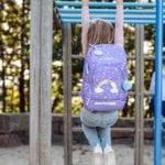 Mädchen hält sich an einer Stange fest und trägt Beckmann Dream active air flx hinten