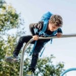 Junge klettert auf eine Stange und trägt Beckmann Galaxy active air schräg unten